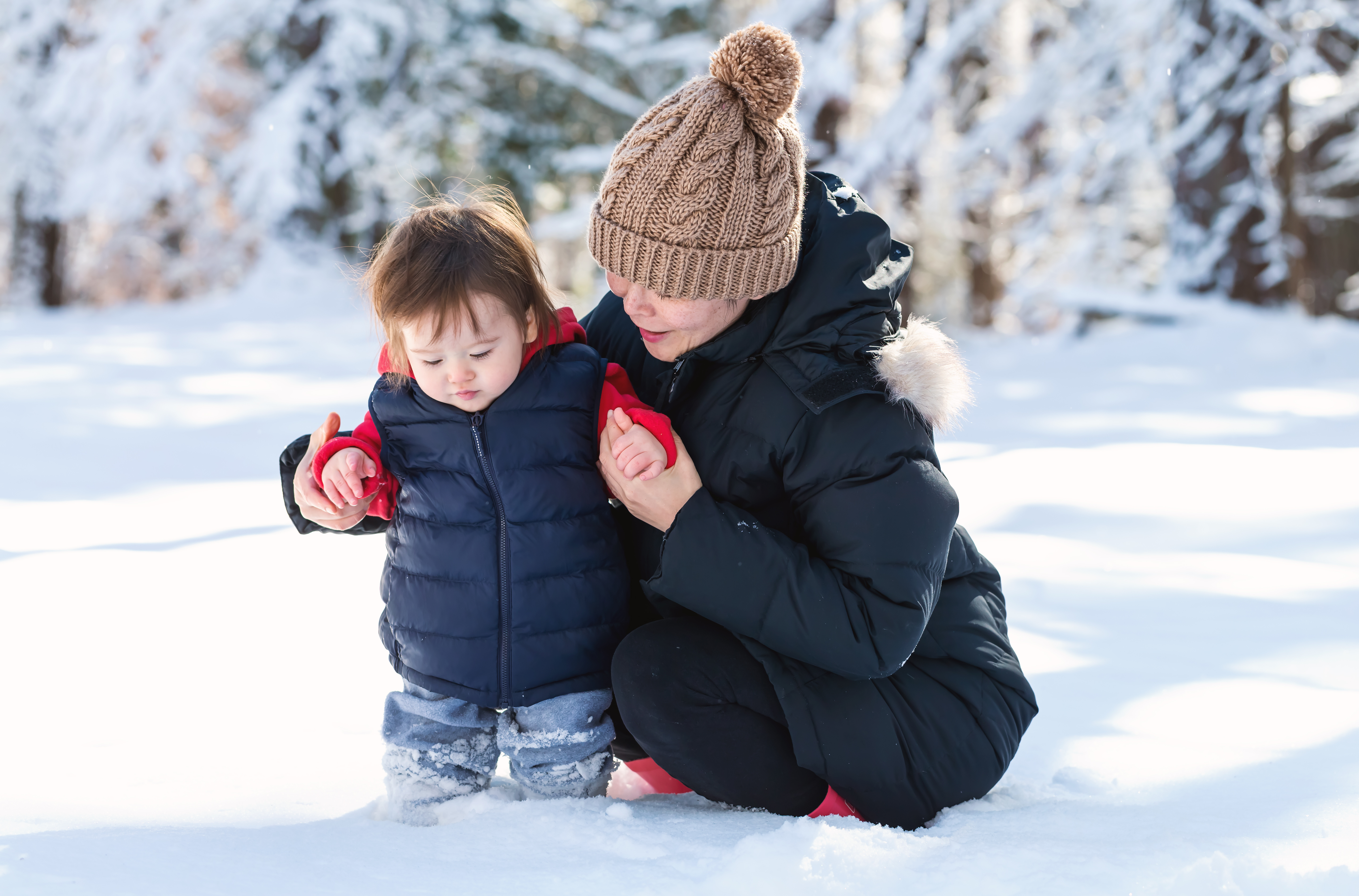 Winter mom boy in snow AdobeStock